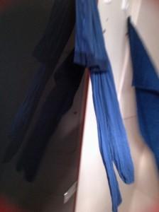 Die blaue Strumpfhose baumelt