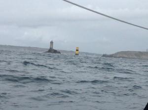 Der Leuchtturm und die Gefahrentonne an der Pointe du Raz