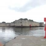 Vom Heck schauen wir auf die alte Stadtmauer von Concarneau