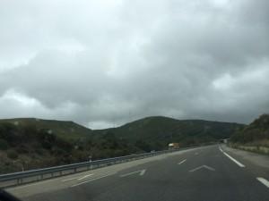 grauverhangen ist der Himmel in den Bergen über Vigo