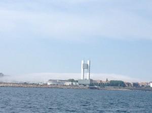 Auch hinter der Stadt wabern die Nebelschwaden