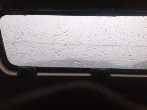 Regentropfen, die an mein Fenster klopfen