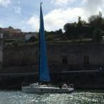 Ein Segler fährt den Douro aufwärts