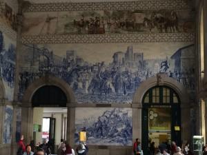 Im Innern des Bahnhofs