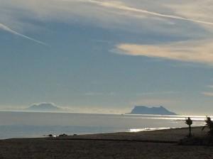Deutlich zu sehen: Der Felsen von Gibraltar und links davon, wolkenverhangen,  Dschebel Musa, die beiden Säulen des Herakles