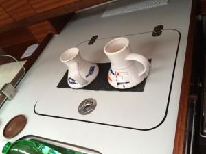 Auch bei Schräglage bleiben die gefüllten Teetassen stehen