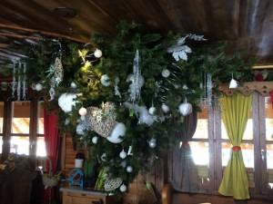 Ein Weihnachtsbaum, umgekehrt aufgehängt in einer Skihütte