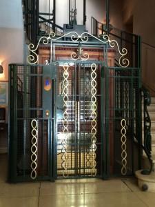 Der Jugendstil-Aufzug ist ein echter Hingucker!