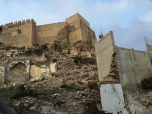 Die Alcazaba und im Vordergrund eine der zahlreichen Bausünden