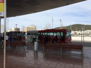 Der Bus Nr. 3 wartet auf die Fahrgäste