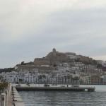 Die Altstadt von Ibiza ist von der Marina aus gut zu sehen