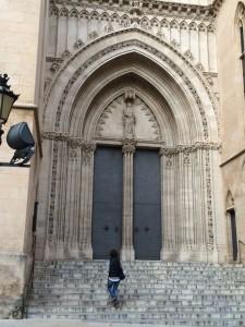 Der Eingang der Kirche St. Eulalia