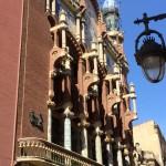Ein Gaudí-Bau in einer kleinen Seitenstraße