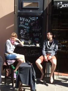 Ein Mittagssnack nach langer Stadt-Wanderung