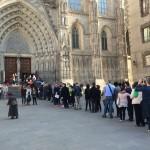 Der Eingang zur Kathedrale am Ostersamstag, mit Menschenschlange