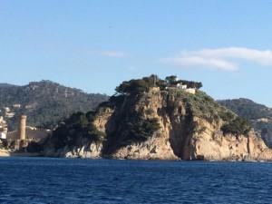 Burg und Leuchtturm auf einem Felsen