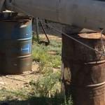 rostige alte Ölfässer als Unterlage für einen Mast