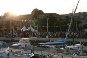 Noch bevor die Sonne untergeht, geht das Hafenfest los