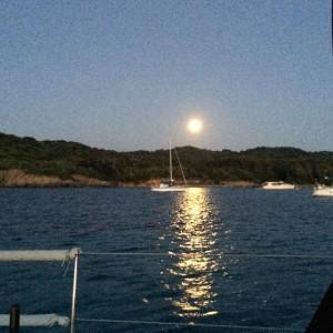 Der Mond geht über der Bucht auf