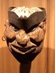 Aus einer Kokosnuss geschnitzte Maske