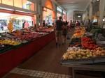In der Markthalle gibt es Obst und Gemüse…