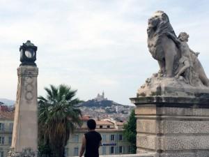 Der Blick vom Bahnhof zum Hügel über Marseille