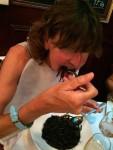 Die Capitania mit Lätzchen beim Spaghetti-Essen