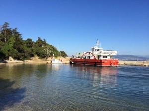 Die Fähre und das kleine Segelboot