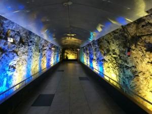 Der Fußgängertunnel  in Monaco durch den Fels ist schön beleuchtet