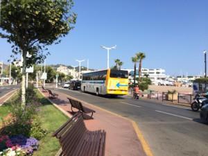 Der Bus bringt Allegra und Leonard zum Flughafen