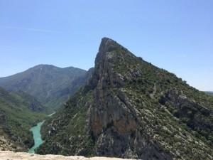 Der Canyon schlängelt sich durch schroffe Bergketten