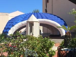 Das aufblasbare Zelt vor der Kirche