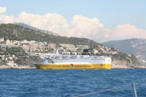 Die Korsikafähre versperrt die Hafeneinfahrt
