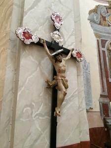 Reich verziertes Kreuz in der wunderschönen Kirsche auf der Bastion von Calvi