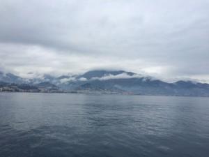 Tief hängen die Wolken über den letzten Zipfeln der französischen Riviera