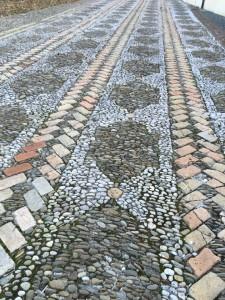 schöner Fußboden vor der Kirche