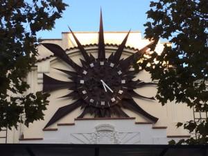 Eine ausgefallene Uhr schmückt den Bahnhof von Antibes