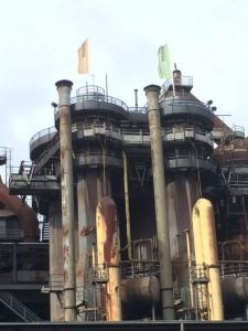Zwei Hochöfen, im Vordergrund die gelben Röhren für die Heißluft
