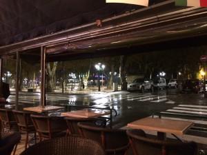 So sieht der schöne Platz von St. Tropez im Abendregen aus