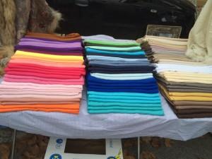 Bunte Schals werden auf dem Samstagsmarkt verkauft