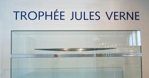 """""""Jules Verne Trophy"""" von Fanny Schertzer - Eigenes Werk. Lizenziert unter CC BY-SA 3.0 über Wikimedia Commons - https://commons.wikimedia.org/wiki/File:Jules_Verne_Trophy.jpg#/media/File:Jules_Verne_Trophy.jpg"""
