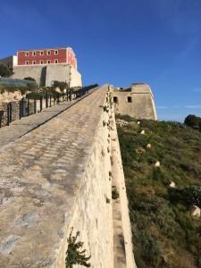 Die Festung liegt hoch über Ibiza-Stadt