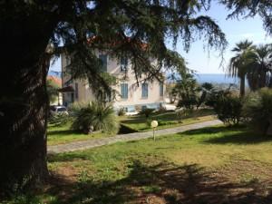 Schöne Villa auf dem Hügel über der Stadt