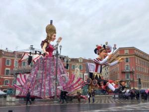 Karnevalsfiguren bei Regen