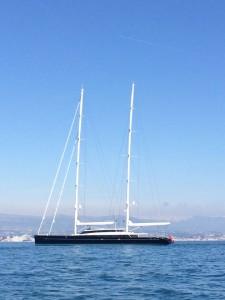 Wir begegnen der Aquijo, der viertgrößten Segelyacht der Welt mit deutscher Flagge an der Saling