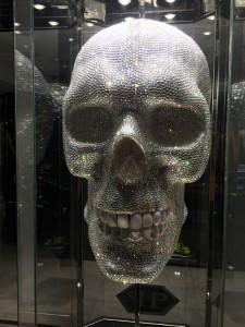 Der 2 m große Kristallkopf schmückt den Eingang