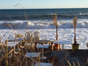 Die Terrassen der Restaurants am Meer sind noch leer