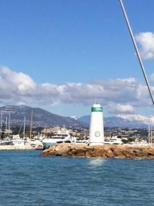 Die Steuerbord-Hafeneinfahrt begrüßt uns im Sonnenschein
