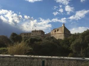 Hoch residiert das Fort auf einem Felsen über der Küste