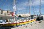 farbenfrohes Boot am Stadtkai
